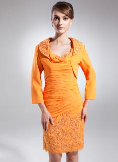 Etui-Linie Wasserfallausschnitt Knielang Chiffon Kleid für die Brautmutter mit Rüschen Applikationen Spitze Pailletten (008015866)