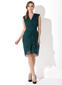 Etui-Linie V-Ausschnitt Knielang Chiffon Kleid für die Brautmutter mit Gestufte Rüschen (008006152)