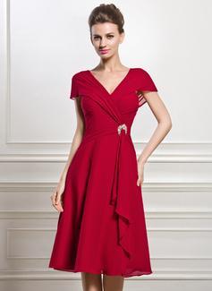 A-Linie/Princess-Linie V-Ausschnitt Knielang Chiffon Kleid für die Brautmutter mit Perlstickerei Pailletten Gestufte Rüschen (008056884)
