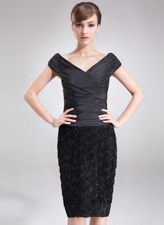 Etui-Linie Off-the-Schulter Knielang Taft Lace Kleid für die Brautmutter mit Rüschen Blumen (008006089)