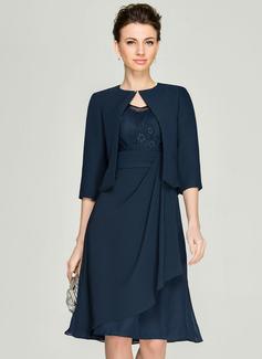A-Linie/Princess-Linie V-Ausschnitt Knielang Chiffon Spitze Kleid für die Brautmutter mit Gestufte Rüschen (008062577)
