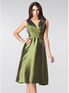A-Line/Princess V-neck Knee-Length Taffeta Bridesmaid Dress With Ruffle Bow(s) (007005213)