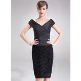 Etui-Linie Off-the-Schulter Knielang Taft Spitze Kleid für die Brautmutter mit Rüschen Blumen (008006089)