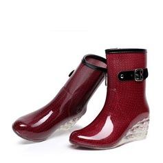 Frauen PVC Keil Absatz Keile Stiefel Stiefel-Wadenlang Regenstiefel mit Schnalle Reißverschluss Schmuckabsatz Schuhe (088127030)