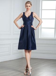 A-Line/Princess V-neck Knee-Length Taffeta Bridesmaid Dress With Ruffle Bow(s) (007000926)